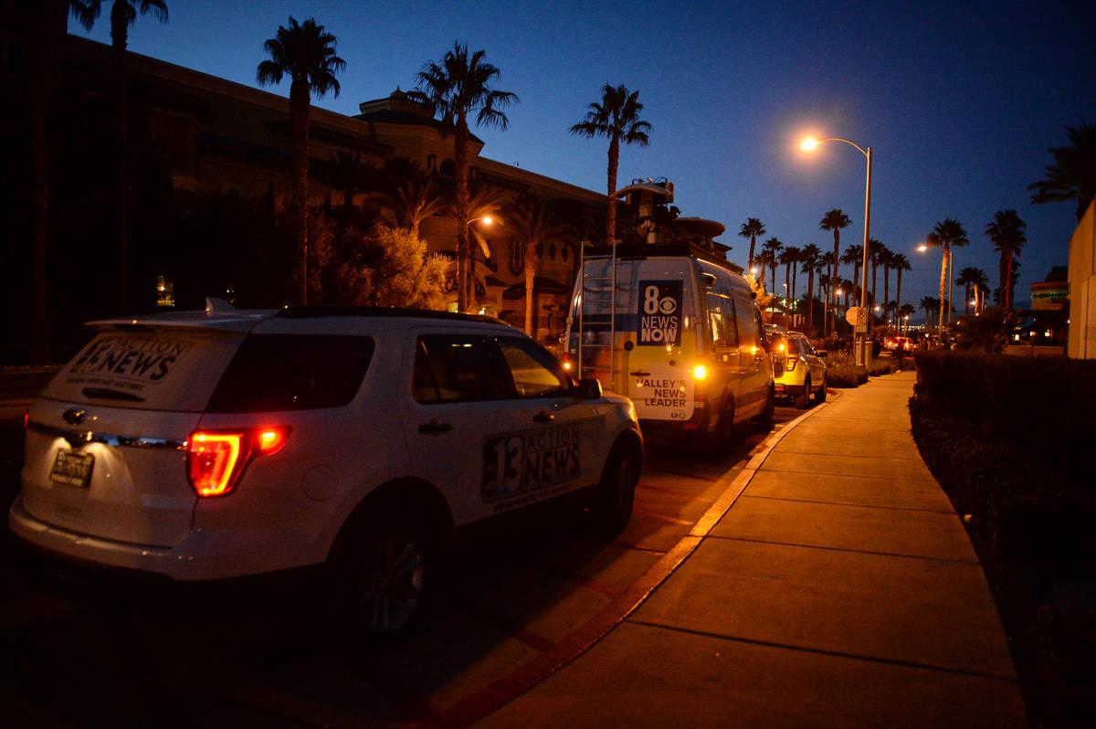 Las camionetas de la estación de noticias locales se alinean después de los informes de un ti ...
