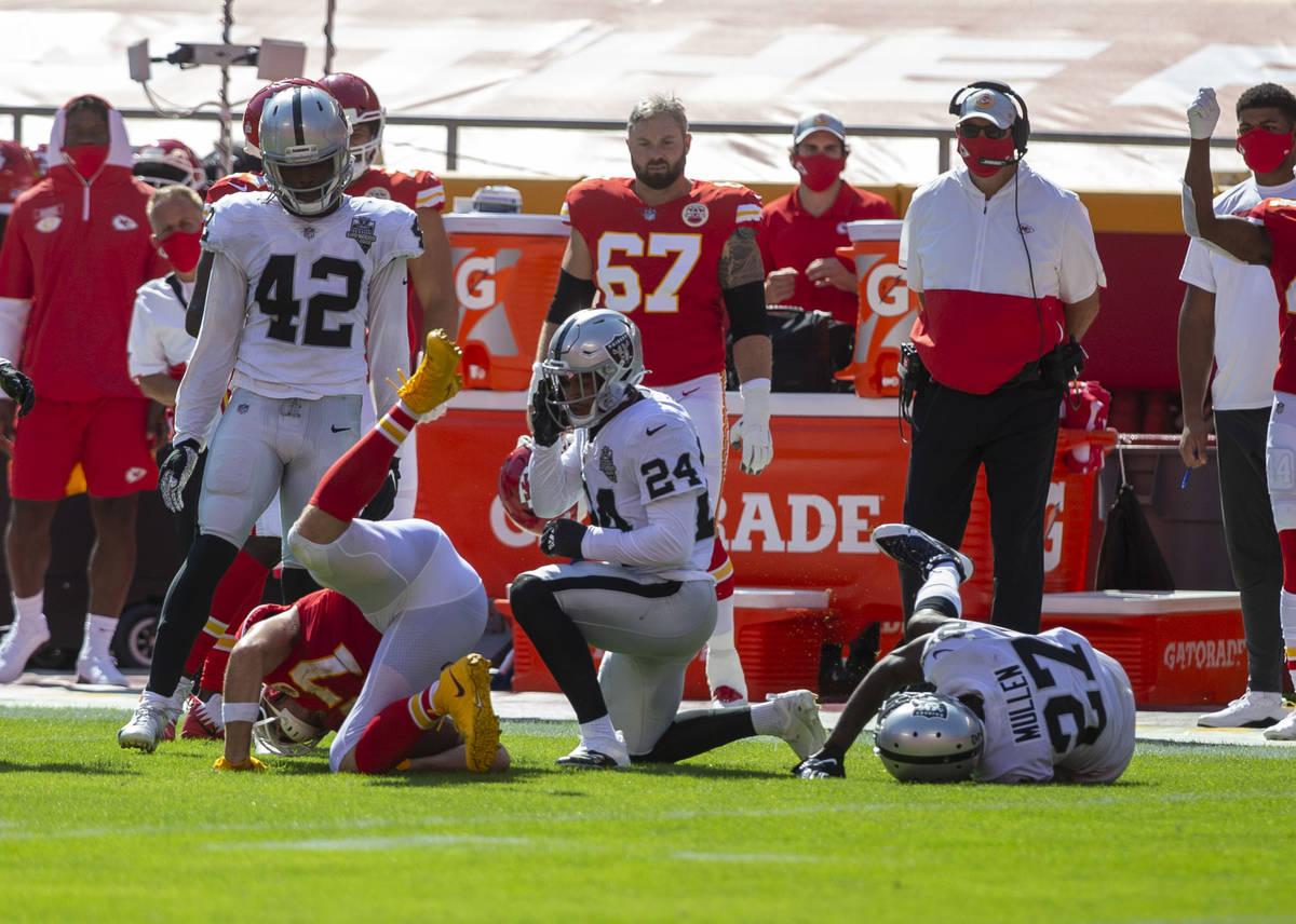 El strong safety de los Raiders de Las Vegas, Johnathan Abram (24), observa después de enfrent ...