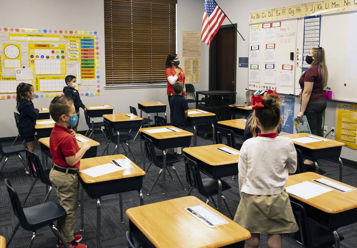 Victoria Welling, izquierda, directora de Legacy Traditional School, Jordan Cuéllar, maestra d ...