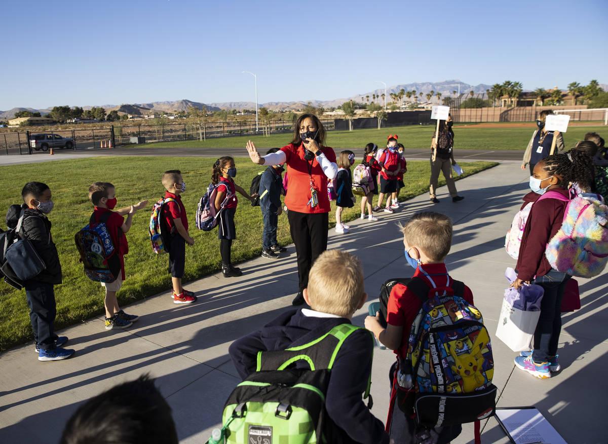 Victoria Welling, directora de Legacy Traditional School, dirige a los estudiantes de jardín d ...