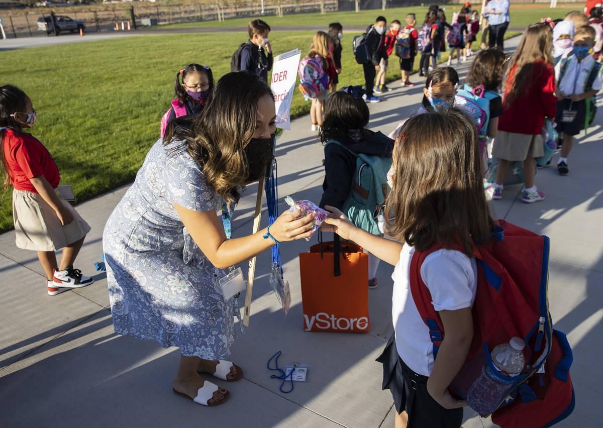 Mercedes García, maestra de jardín de niños, recibe un regalo de su estudiante, Alisea Nikol ...