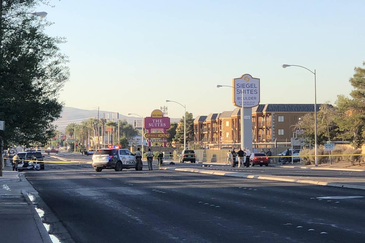 Una unidad de la policía de Las Vegas bloquea la carretera mientras los oficiales investigan u ...