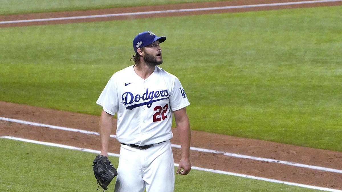 El abridor de los Dodgers de Los Ángeles, Clayton Kershaw, se dirige al dugout después de com ...