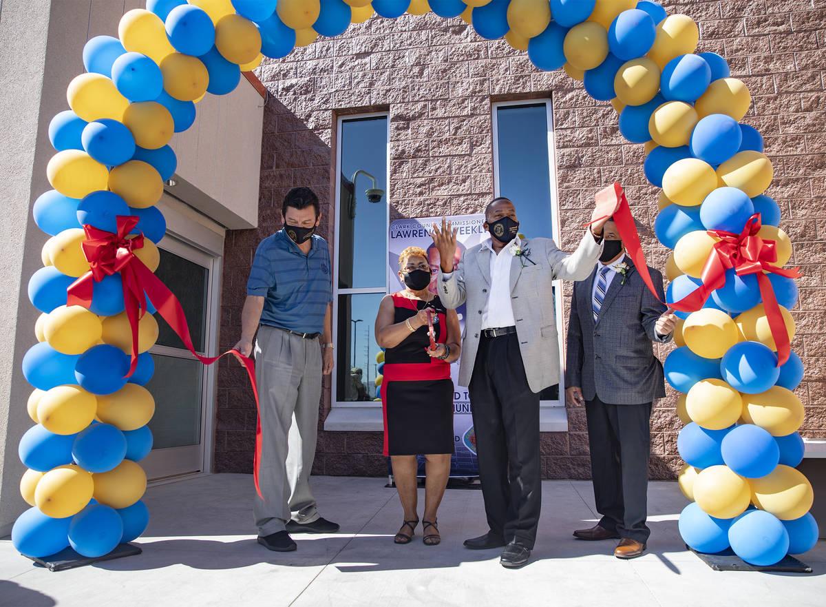De izquierda a derecha, Daniel Hernández, director del Condado Clark, Sarah Cole, el comisiona ...