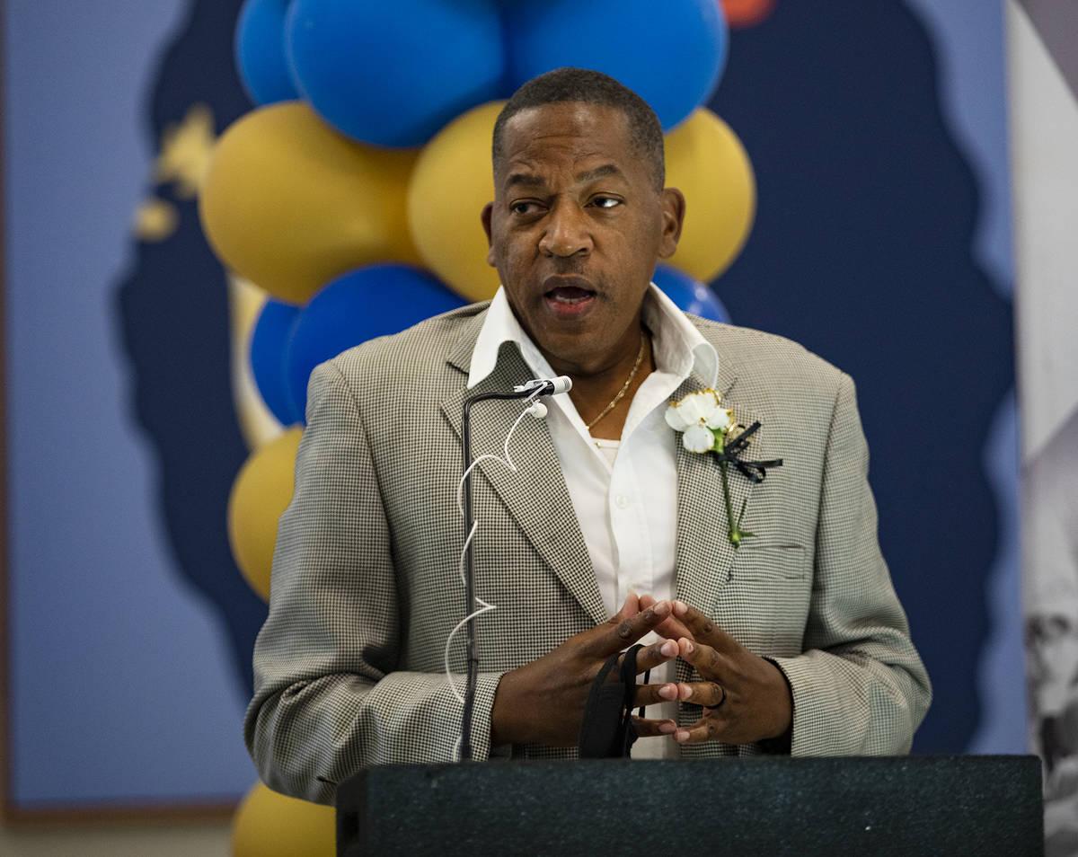El comisionado del Condado Clark, Lawrence Weekly, habla en una ceremonia de dedicación para e ...