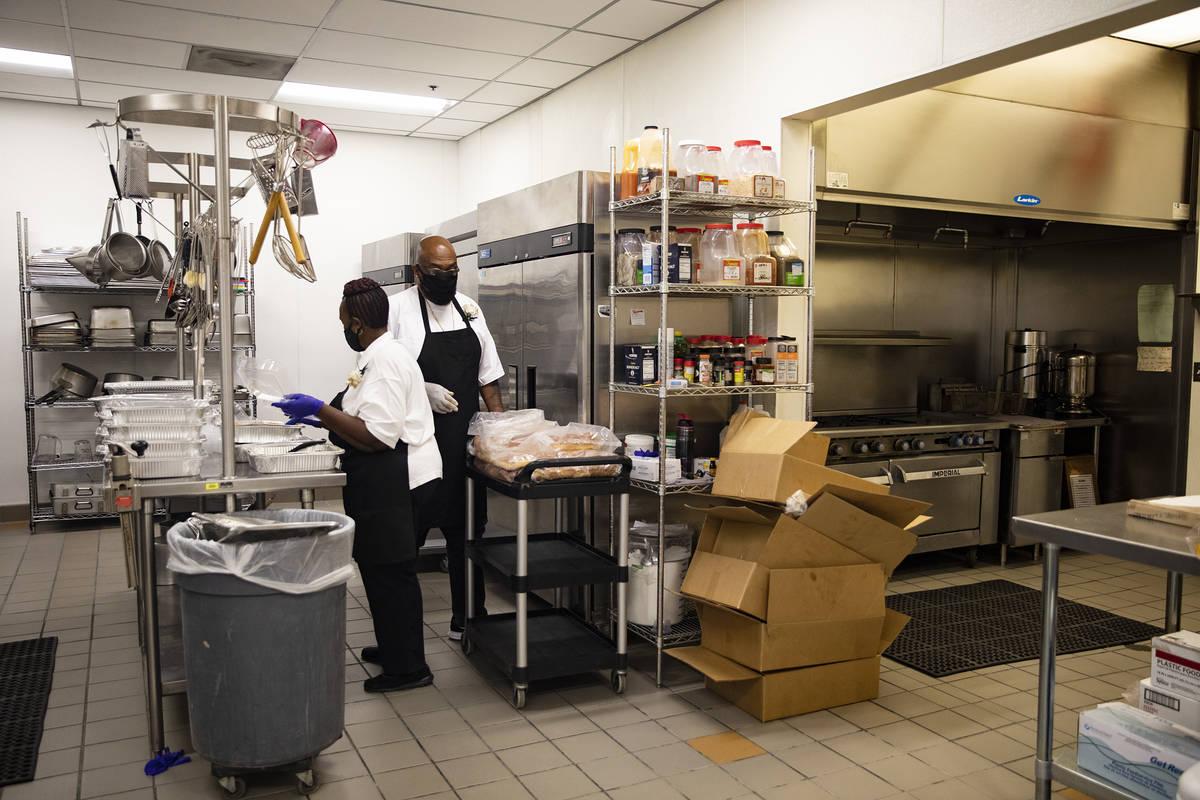 Archy Jett, izquierda, y Lester Johnson, derecha, trabajan en la cocina ampliada del recién re ...