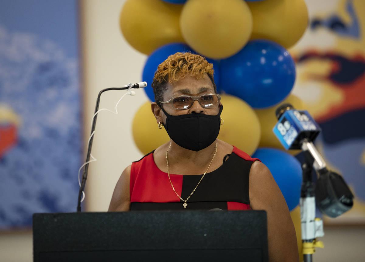 Sarah Cole habla en la ceremonia de renovación del Martin Luther King Jr. Senior Center en Nor ...