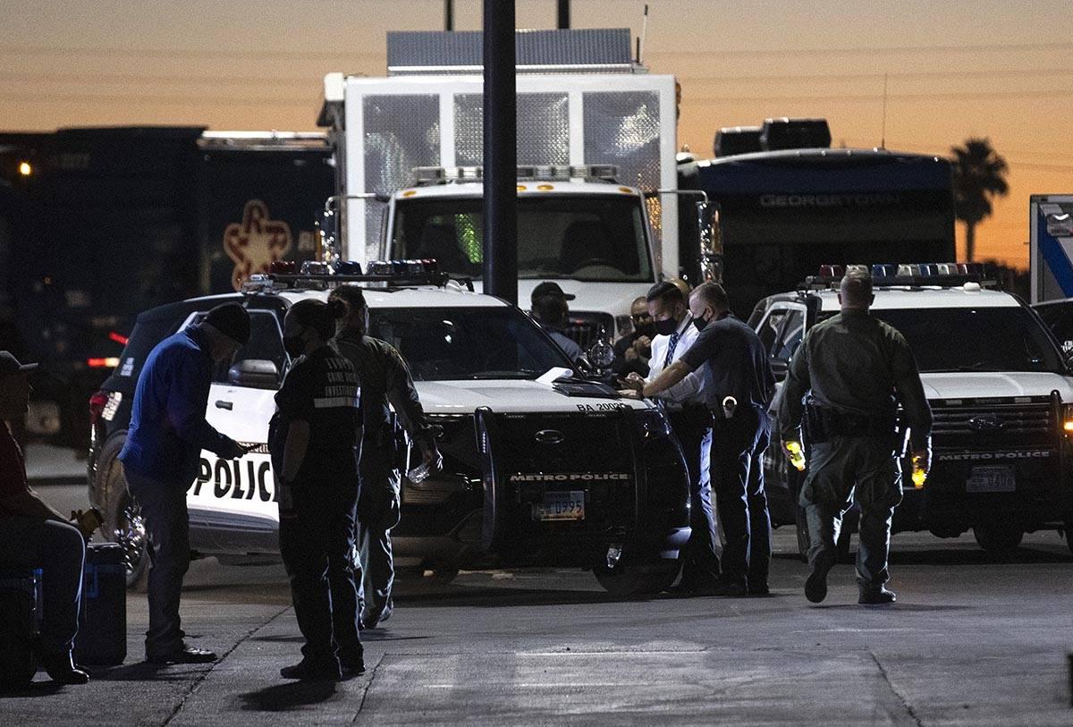 El Departamento de Policía Metropolitana investiga un tiroteo en la cuadra 3500 de Villa Knoll ...