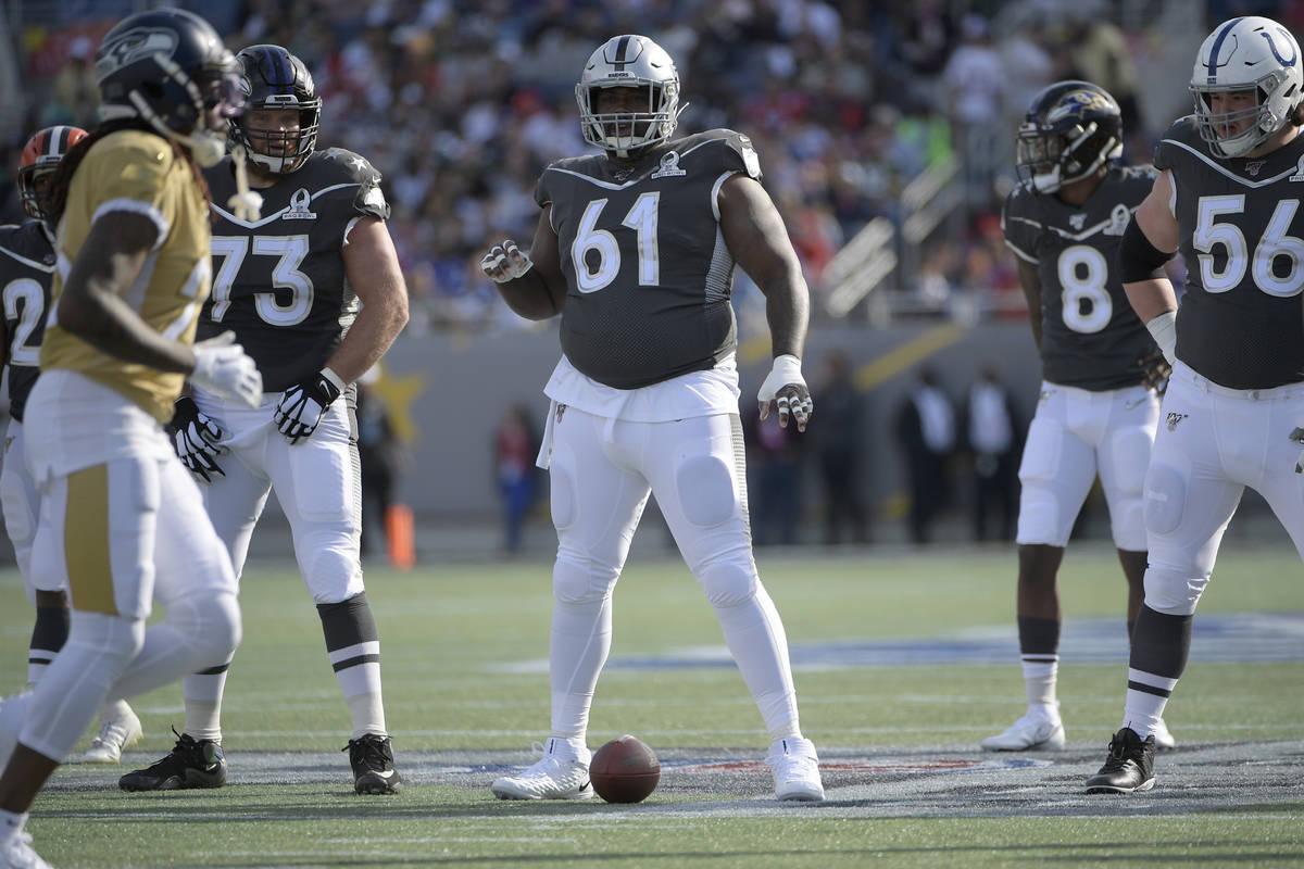 El centro de la AFC, Rodney Hudson (61), de los Oakland Raiders, se prepara para una jugada dur ...