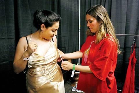 En esta foto de archivo, Ana Robles, de Centennial High School, recibió ayuda de la voluntaria ...