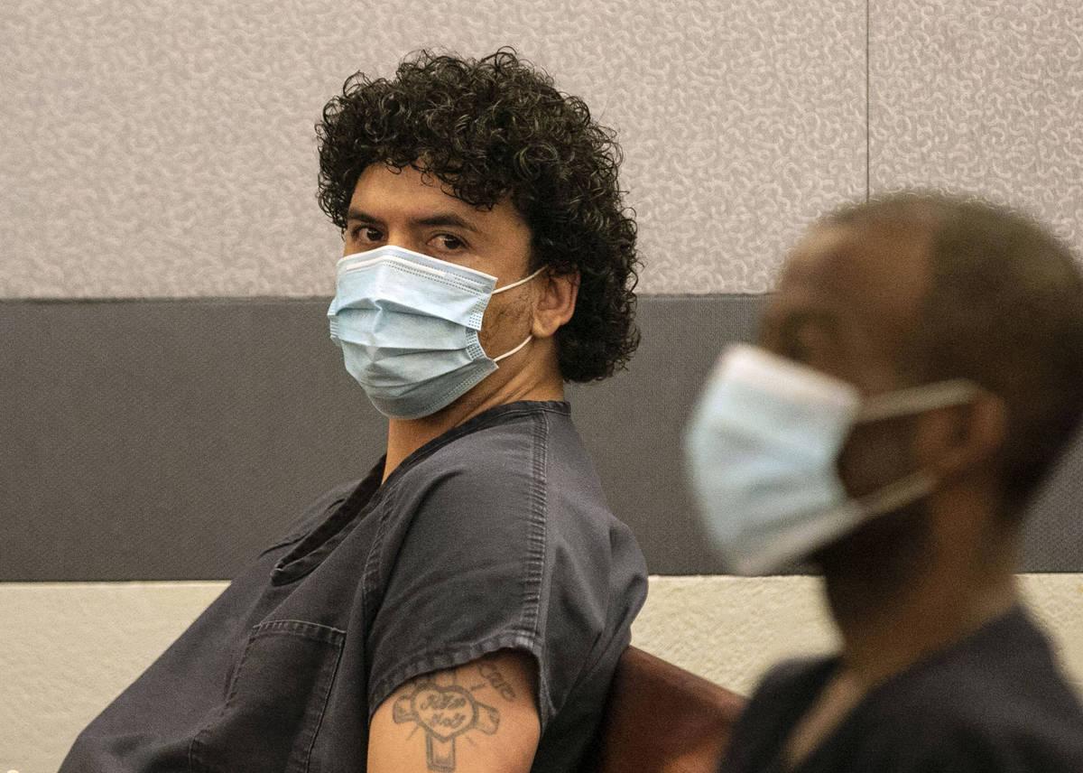 Silvino Hinojosa esconde su rostro durante una breve audiencia en el Centro Regional de Justici ...