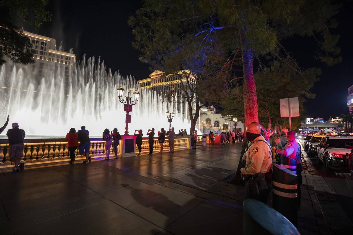 La Policía Metropolitana de Las Vegas patrulla el Strip de Las Vegas el jueves, 15 de octubre ...