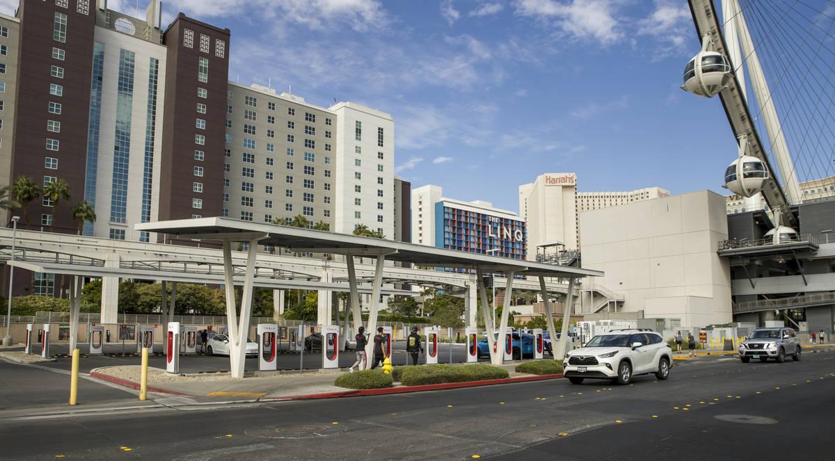 Varios coches conectados en la estación Tesla Supercharger cerca de The Linq y High Roller el ...
