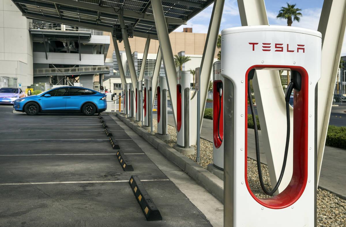Coche conectado en la estación de Tesla Supercharger cerca de The Linq y High Roller el vierne ...