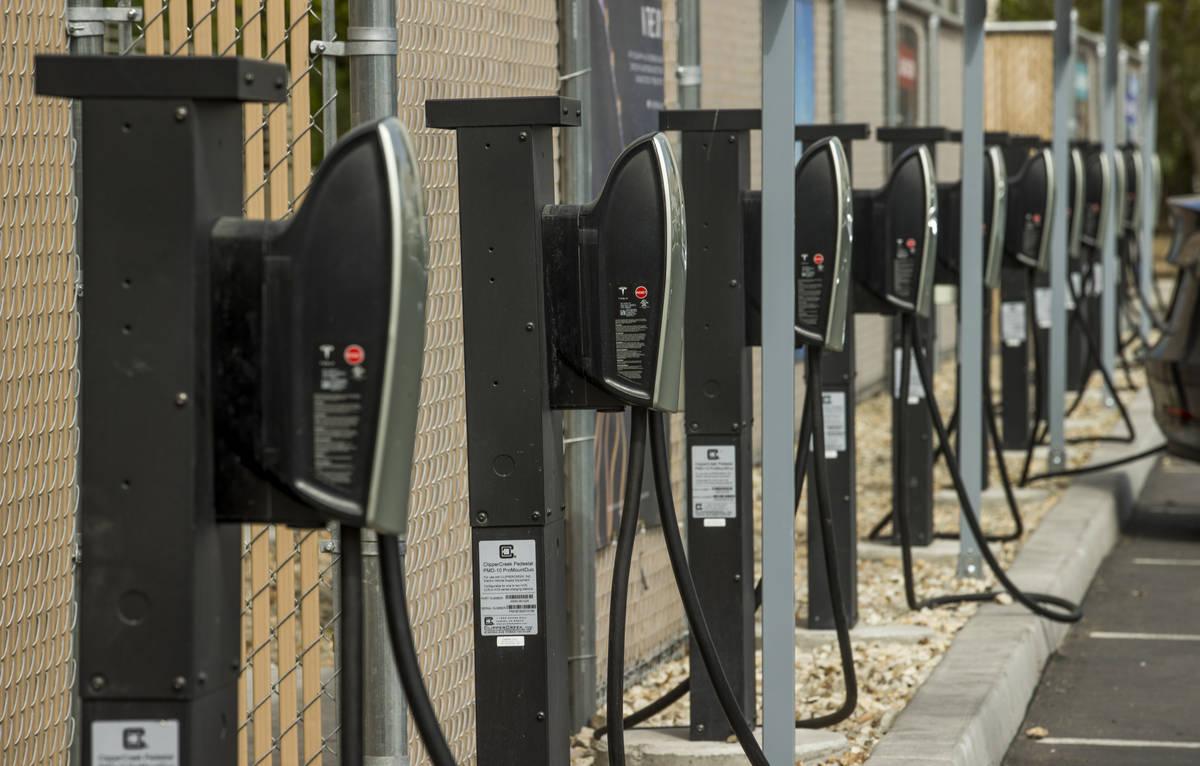 Cargadores alineados en la parte trasera de la estación Tesla Supercharger cerca de The Linq y ...
