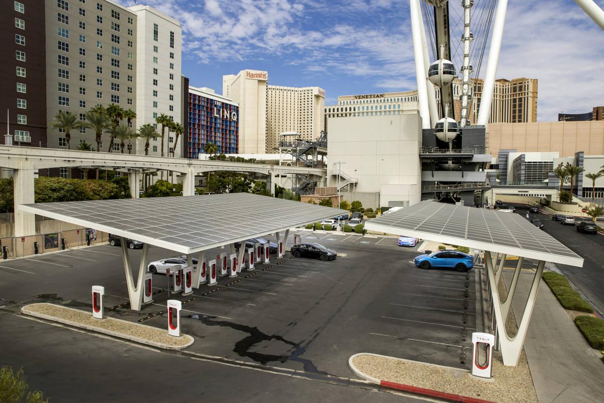Varios coches conectados en la estación de Tesla Supercharger cerca de The Linq y High Roller ...
