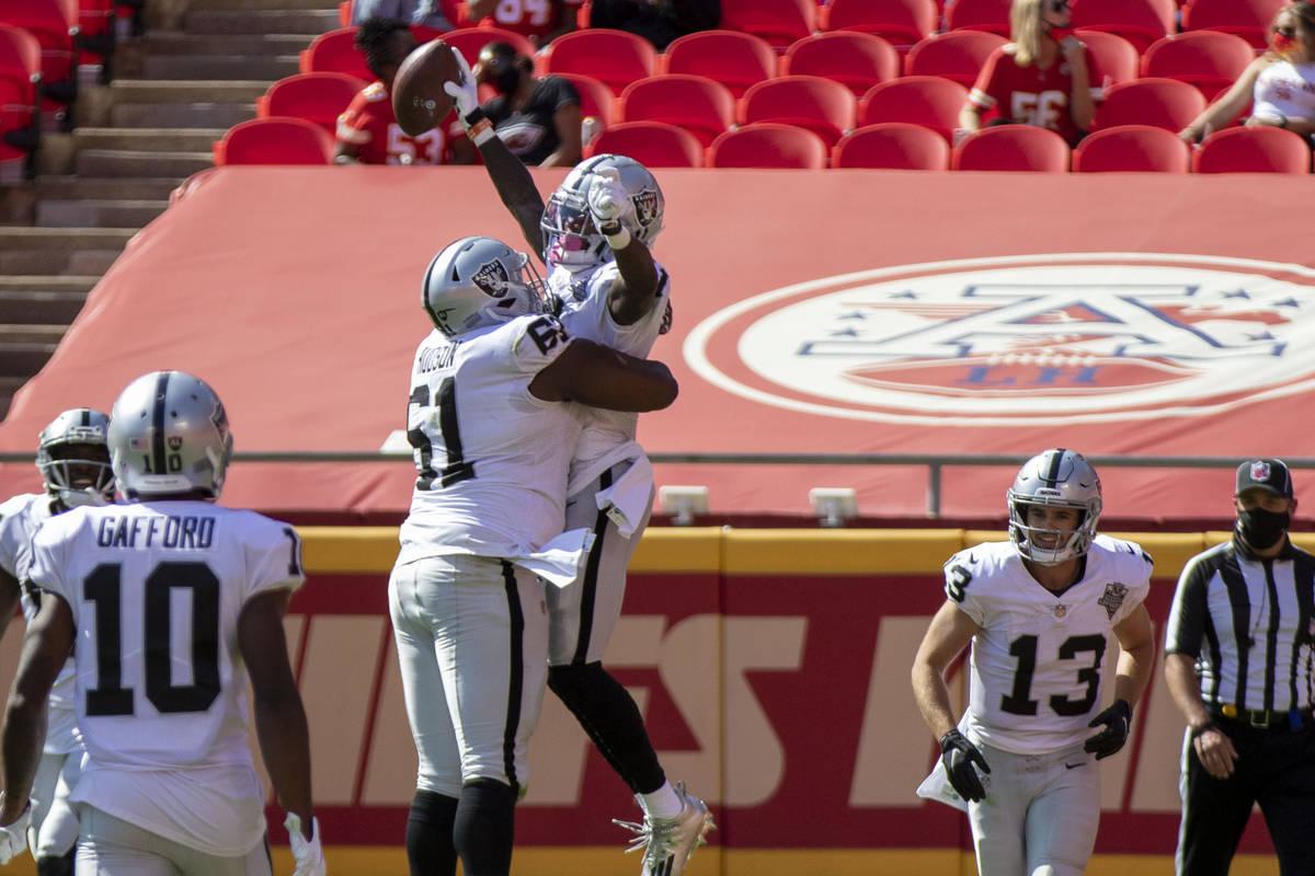 El receptor de los Raiders de Las Vegas, Henry Ruggs III (11), celebra su touchdown con el cent ...