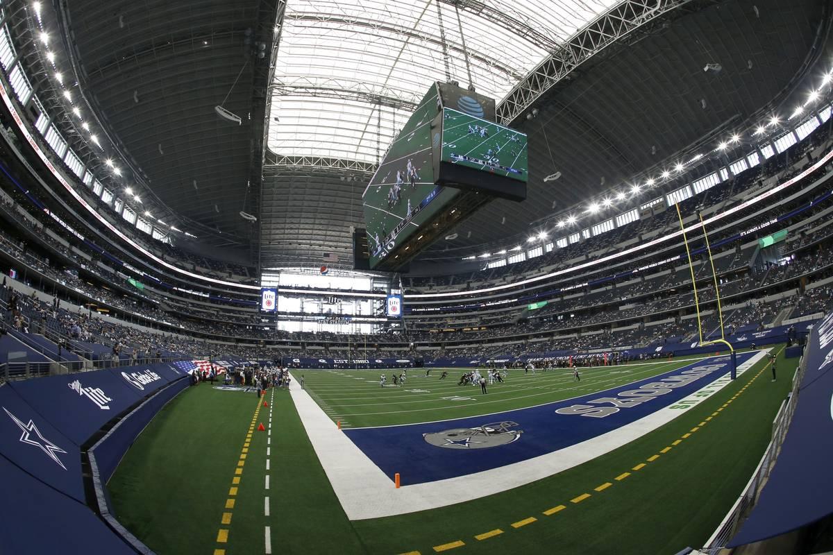 Aficionados ven a los Atlanta Falcons jugar contra los Dallas Cowboys en el estadio AT&T en la ...