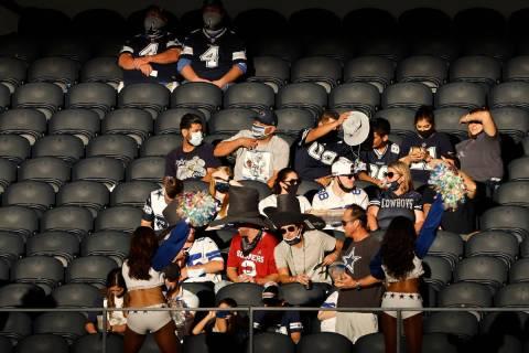 Aficionados ven un partido entre los Cowboys de Dallas y los Giants de Nueva York en la segunda ...