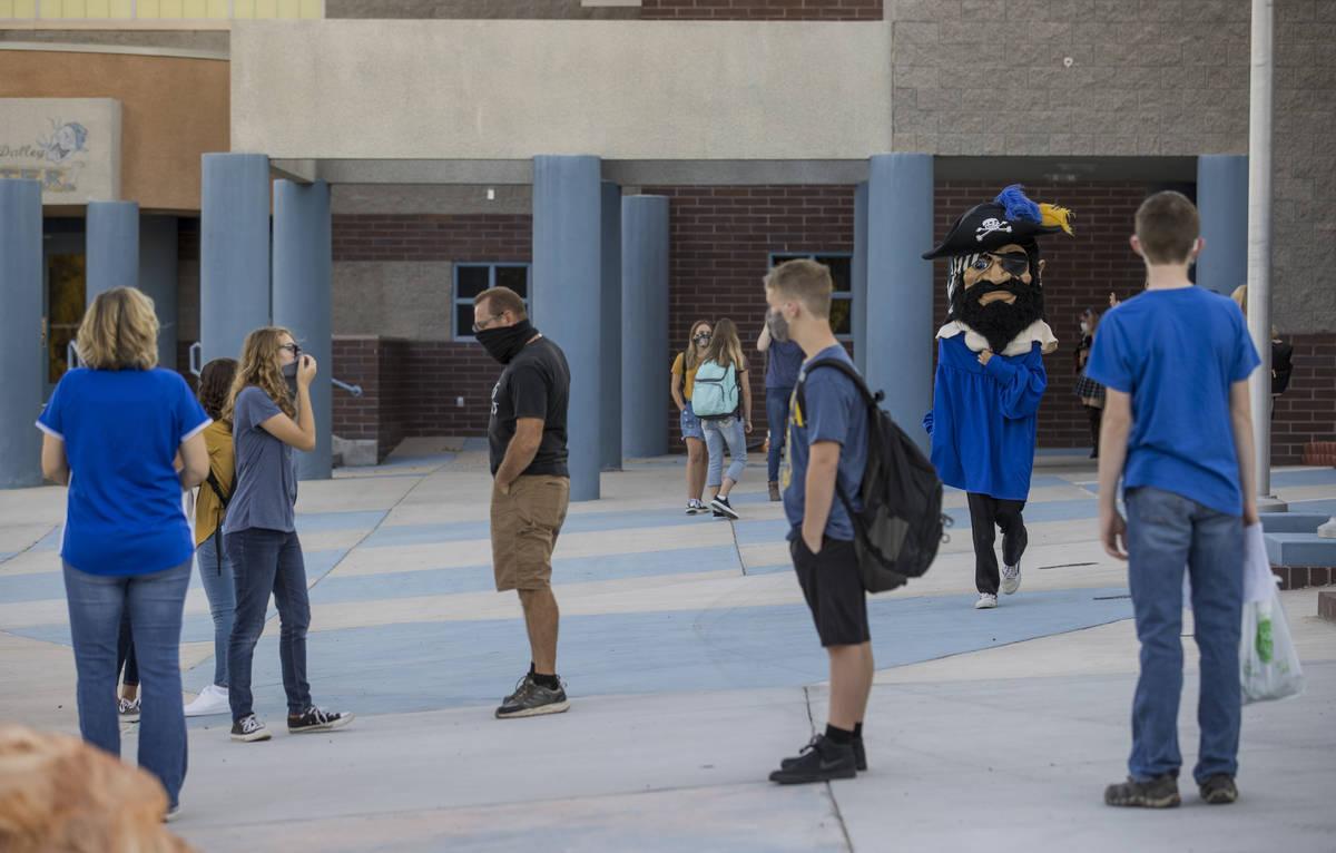 Estudiantes y adultos se reúnen afuera de Moapa Valley High School antes del comienzo de las c ...