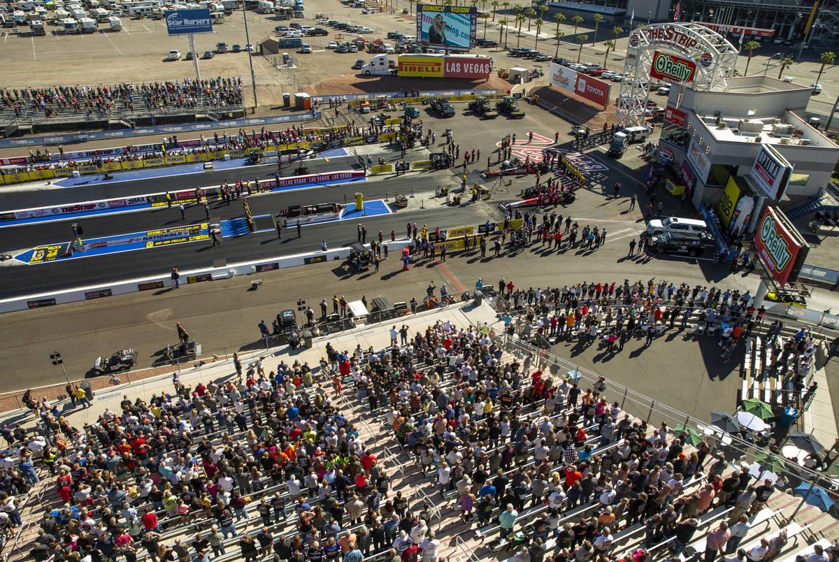 Gradas llenas a medida que se acerca otra carrera de primera ronda durante las Dodge NHRA Natio ...