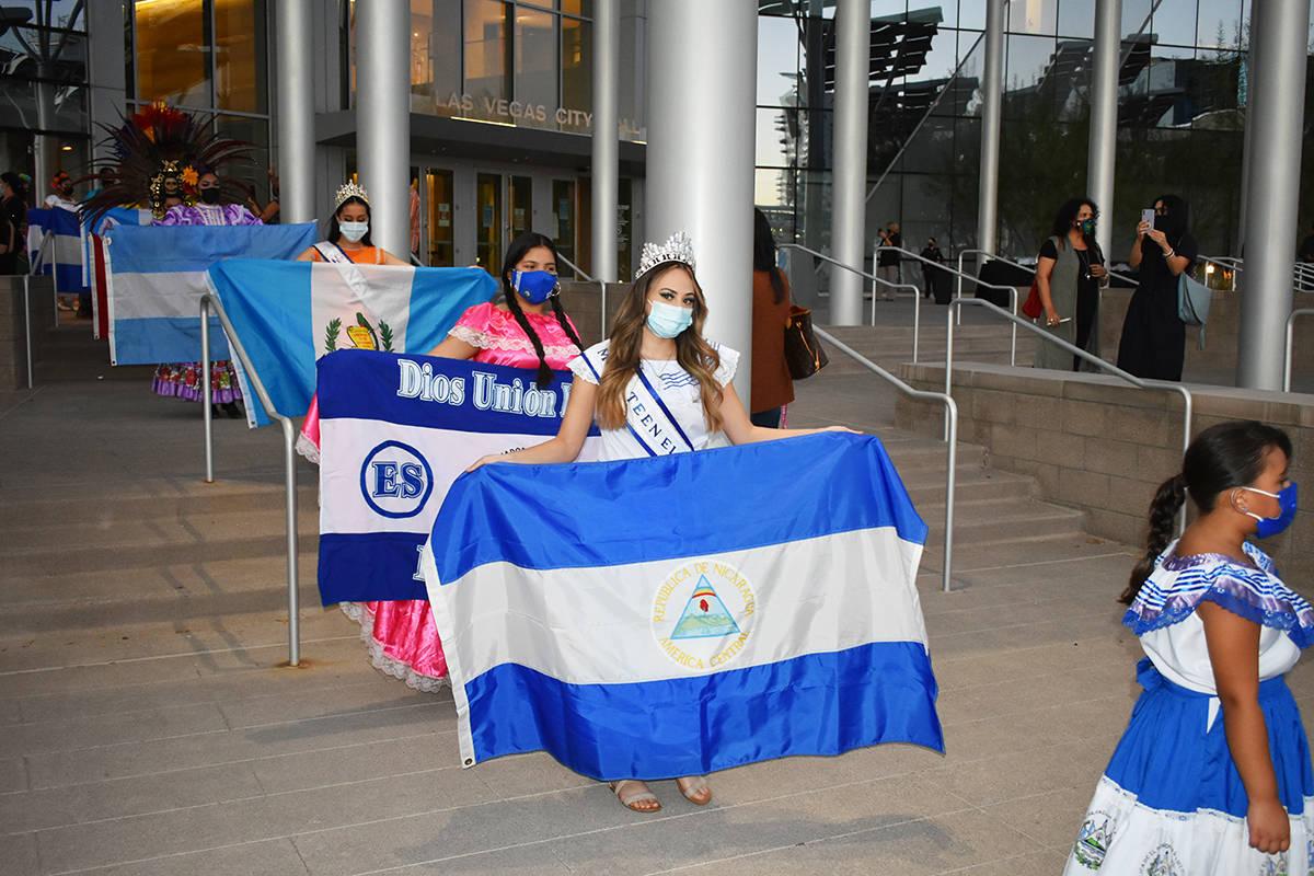 Jóvenes de distintas nacionalidades desfilaron con trajes típicos y banderas de países latin ...