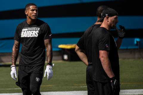 El tight end de los Raiders de Las Vegas, Darren Waller (83), calienta antes del comienzo de su ...