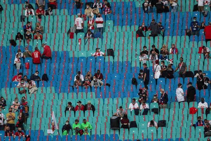 Los aficionados al fútbol mantienen las pautas de distancia social antes del partido de fútbo ...
