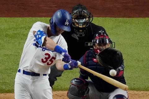 Cody Bellinger de los Dodgers de Los Ángeles batea un jonrón contra los Braves de Atlanta dur ...