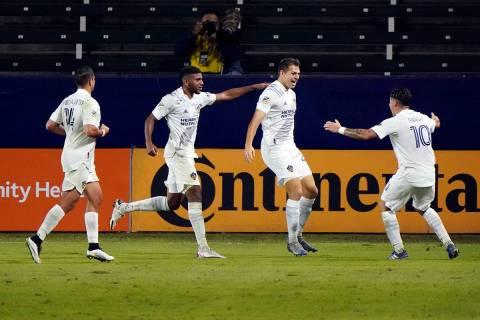 Kai Koreniuk de Los Ángeles Galaxy, segundo desde la derecha, celebra su gol con sus compañer ...