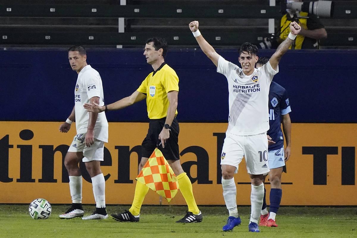 Cristian Pavón (10) de Los Ángeles Galaxy celebra después de una victoria por 1-0 sobre los ...