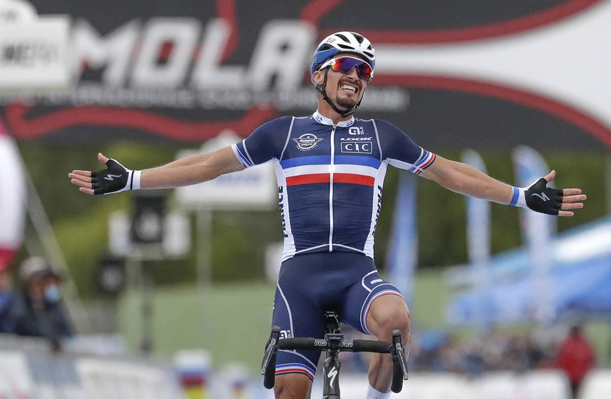 En esta foto de archivo, el francés Julián Alaphilippe celebra tras ganar el evento élite ma ...