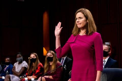 La nominada a la Corte Suprema, Amy Coney Barrett, presta juramento durante su audiencia de con ...