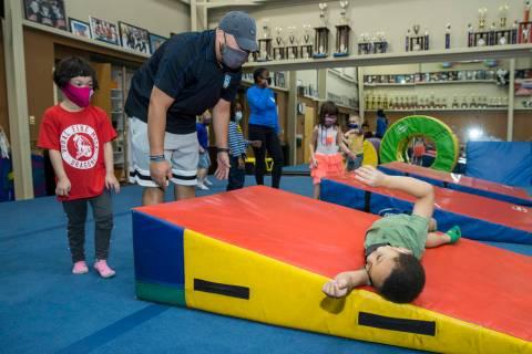 La instructora Mo Bonnet, al centro, ayuda a Kayden Rush, derecha, a envolverse durante el tiem ...