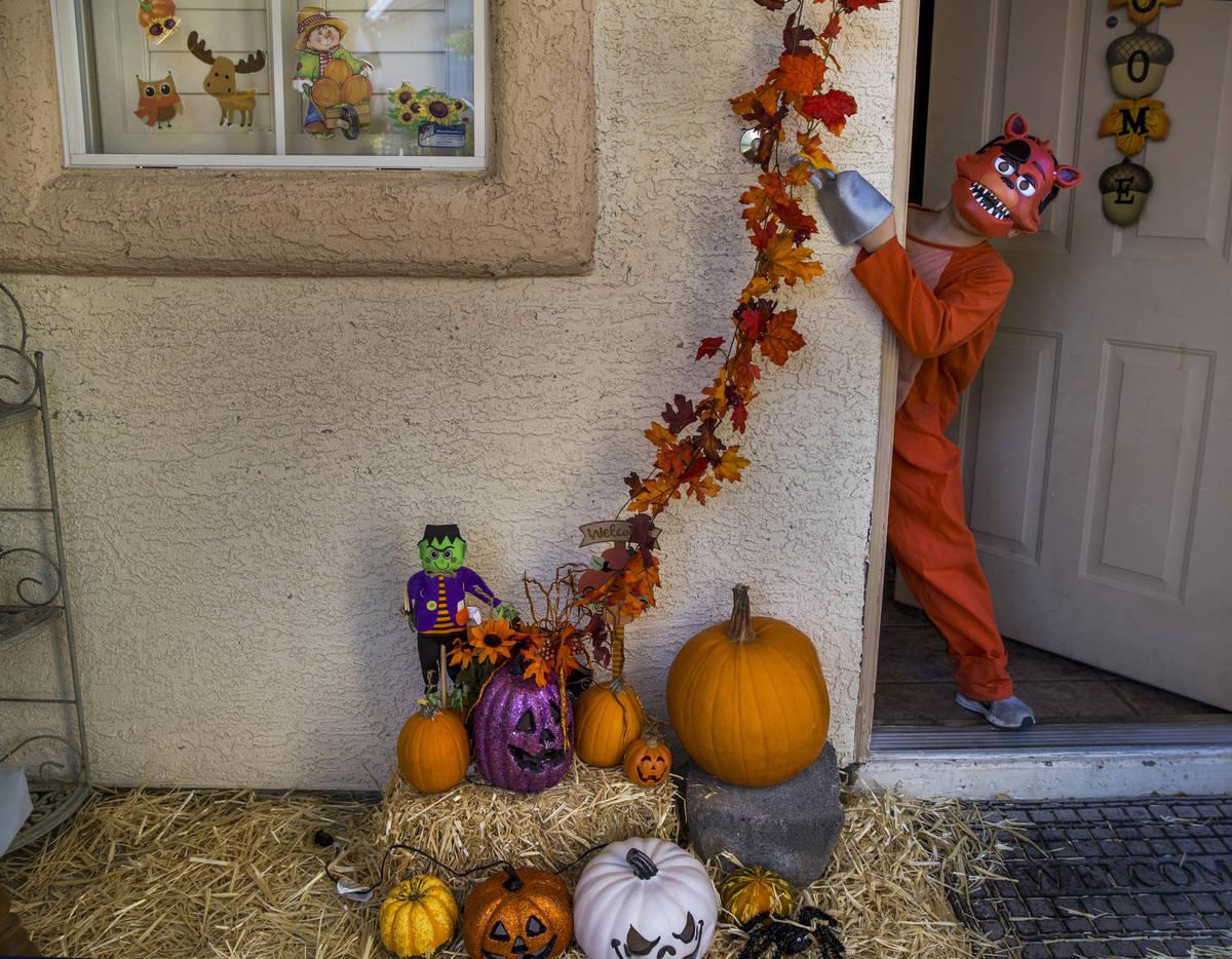 Alex Montenegro, de ocho años, muestra su disfraz en su casa decorada para Halloween el miérc ...