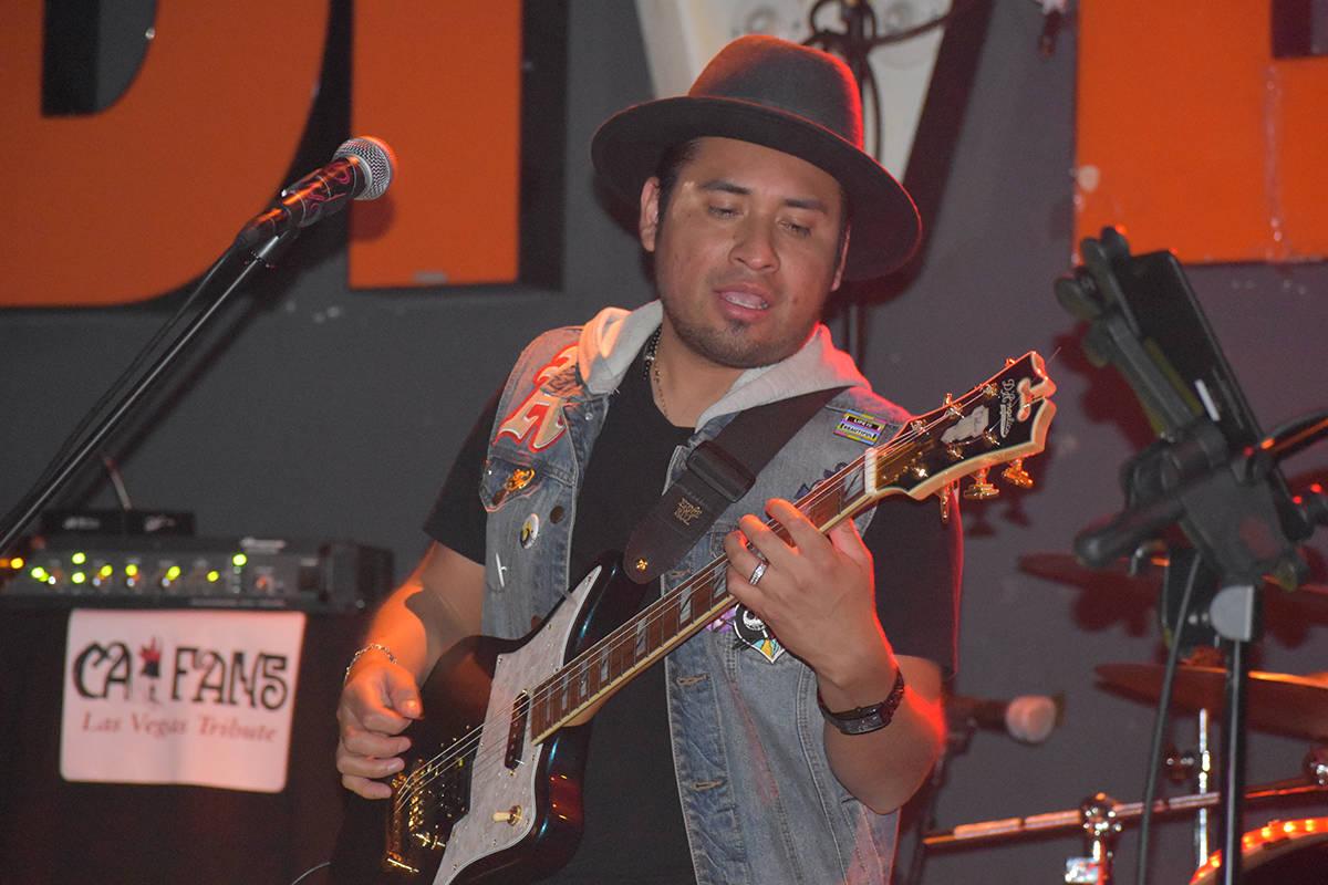 """Edgar Larios, segunda guitarra de """"CaiFan5 Las Vegas Tribute"""" en el concierto homenaje a Ca ..."""