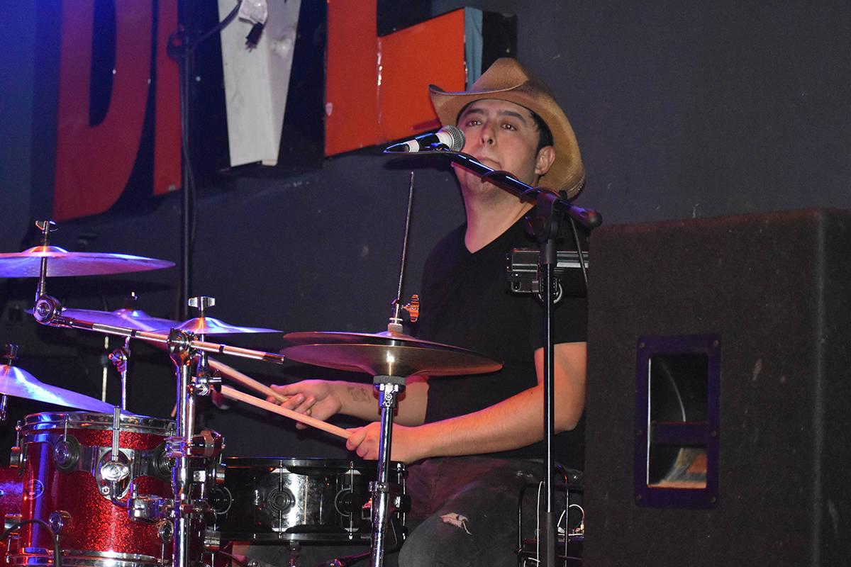 """Edgar Morales Galindo, baterista de """"CaiFan5 Las Vegas Tribute"""" en el concierto homenaje a ..."""