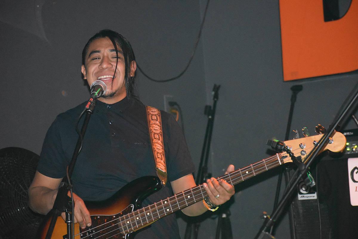 """Beto, bajista de """"CaiFan5 Las Vegas Tribute"""" en el concierto homenaje a Caifanes. Viernes 1 ..."""