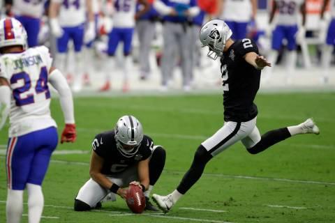 Daniel Carlson, de los Raiders de Las Vegas, patea un gol de campo durante la segunda mitad de ...