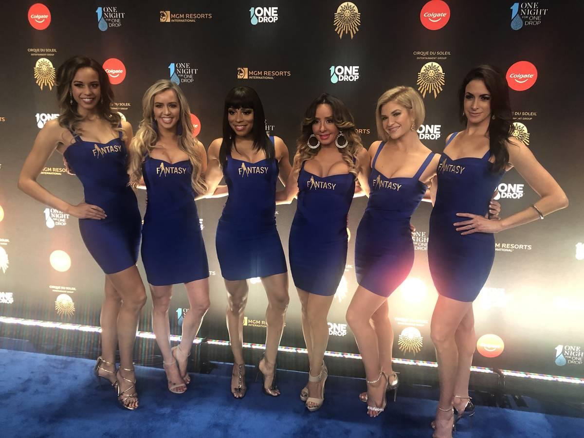 """El elenco de """"Fantasy"""" en Luxor en la alfombra azul antes de """"One Night For One Drop"""", que se c ..."""