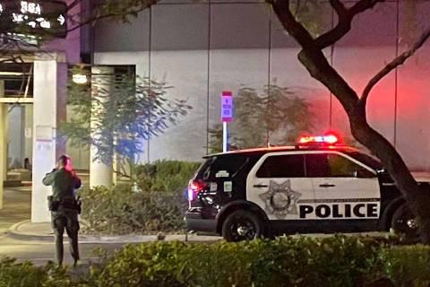 Un oficial de policía de Las Vegas cerca de la escena de un tiroteo en el Strip de Las Vegas e ...