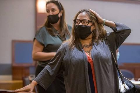 La co-acusada Malinda Mier mira a la puerta mientras está en la corte durante la audiencia pre ...