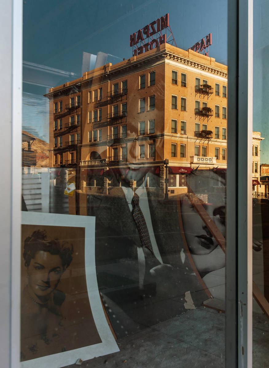 Estrellas de cine se reflejan en la ventana frente al Hotel Mizpah en Tonopah, Nevada, el miér ...