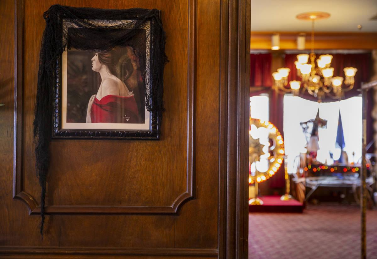 """Un retrato de """"La Dama de Rojo"""" cuelga en la sala de estar del Hotel Mizpah en Tonopah, Nevada, ..."""