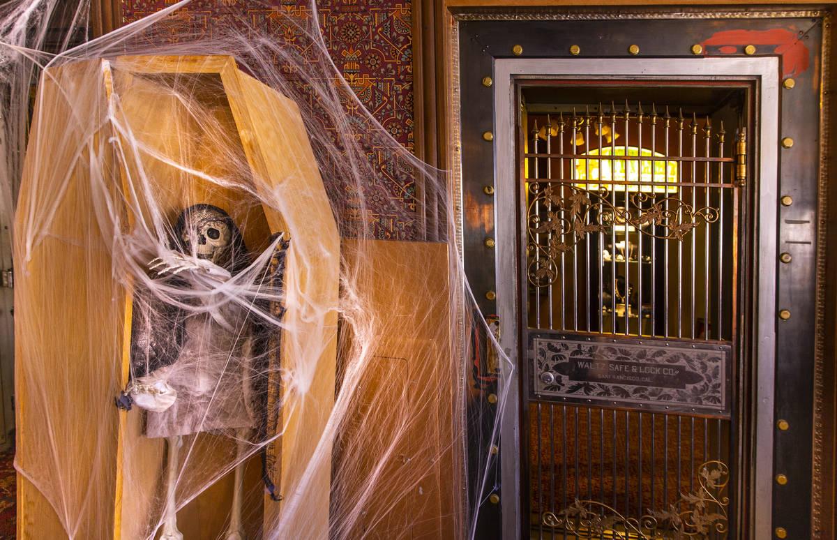 Decoraciones de Halloween en la sala de estar del Hotel Mizpah en Tonopah, Nevada, el miércole ...