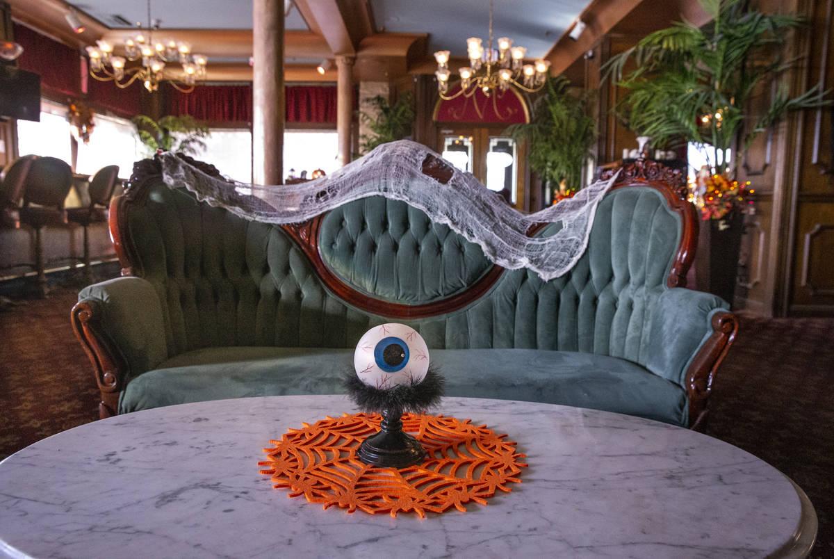 Un gran globo ocular y decoraciones de Halloween sobre la sala de estar del Hotel Mizpah en Ton ...