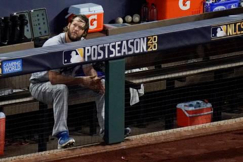 El lanzador titular de los Dodgers de Los Ángeles, Clayton Kershaw, se sienta en el banquillo ...