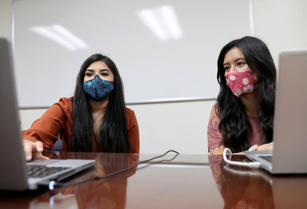 Karen Gutiérrez, izquierda, capacita a su compañera de la UNLV, Leanne Villanueva, en el prog ...