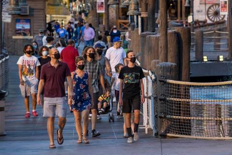 Turistas deambulan por Treasure Island a lo largo del Strip el viernes, 7 de agosto de 2020, en ...