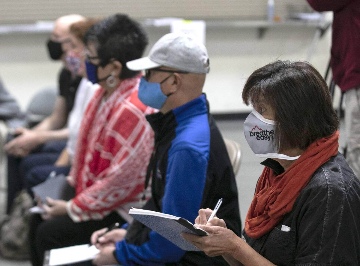 Los observadores electorales, Raúl Sabido, segundo a la derecha, Michelle Barnes, centro, y Do ...